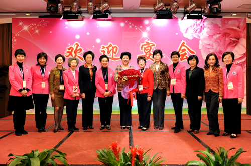 ACWF leaders and Hong Kong Federation of Women leaders pose for a group photo. President Chen Zhili with the bouquet of 100 roses her Hong Kong counterpart presented to her in celebration of the 100th anniversary of the Chinese women's movement. [Women of China/Zhang Ping]