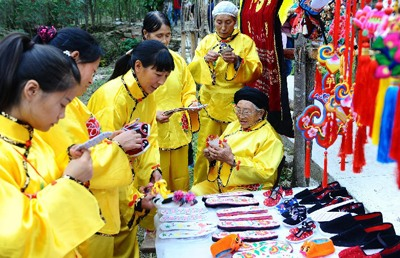 Shaanxi Women Increase Income with Traditional Embroidery
