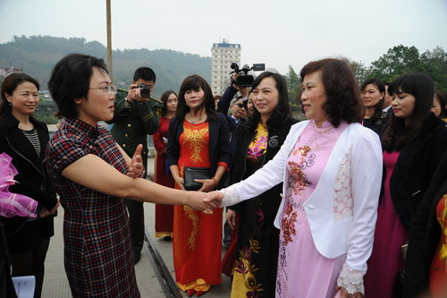 Chinese and vietnamese women hold celebration of international vice president of yunnan womens federation li jiang extended a greeting to the visiting vietnamese delegation at the border of two nations m4hsunfo
