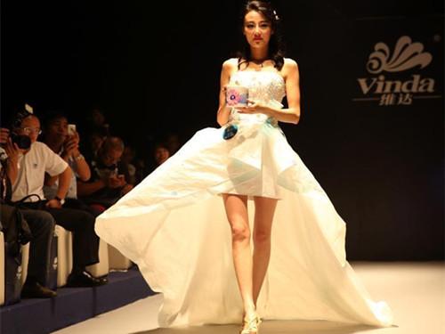 Paper Wedding Dress Show Dazzles Aunces In Beijing