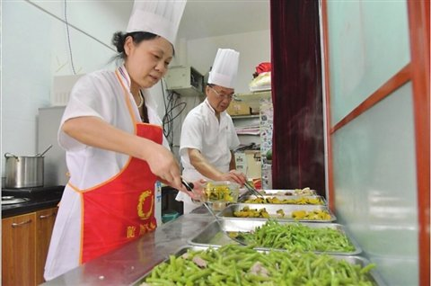 Elderly Lady Delivers Charitable Cooking Services in E China