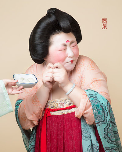 Hanfu Fan Recreates the 'Plump' Tang Look with Series of Pictures