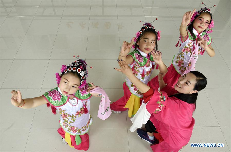 Pupils Have Opera Lessons in Xingtai, N China's Hebei