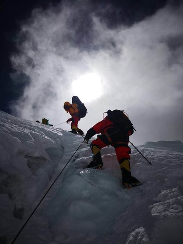 Climbers From Peking University Reach Summit of Qomolangma