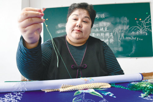 Shenyang Craftswoman Promotes Manchu Embroidery to the World