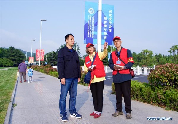 Volunteers Offer Services for SCO Summit in Qingdao