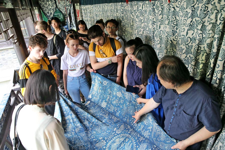 Chinese and British Students Experience Traditional Textile Craft in Jiangsu