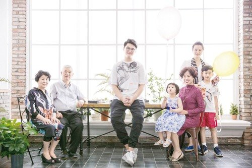 Wedding Photo Studio Records 1,000s of Families' Happiness