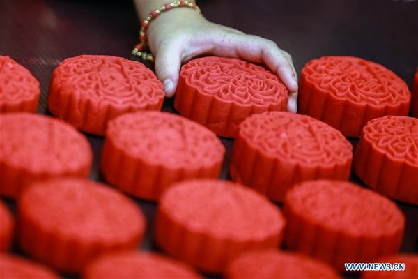 PHILIPPINES-MANILA-MOONCAKES-MID-AUTUMN FESTIVAL